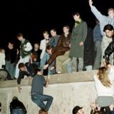 Berlinmuren var det ultimative symbol på Den Kolde Krig. »Faren fra pandemier og klimakrise kan blive overskygget af truslen fra et løbsk atomvåbenkapløb mellem Den Kolde Krigs gamle modstandere,« skriver professor emeritus Poul Villaume. (Arkivfoto)