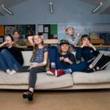 Hvordan sikrer du, at dine børn får undervisning de næste to uger? Få gode råd her. På billedet ses syv elever fra 4. klasse på Hvalsø Skole, som i sidste uge ventede på at tage hjem efter regeringens tiltag om at lukke de danske skoler.