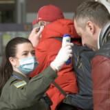 I lufthavnen i Lviv i det vestlige Ukraine får en passager fredag målt sin temperatur ved ankomst. Tilsyneladende har byen dog endnu ikke modtaget nogen coronatest, fortæller de lokale myndigheder.