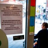 Svenskerne har hidtil fået at vide, at de så vidt muligt skulle fortsætte den sædvanlige dagligdag, men den alvorlige situation i Stockholmsregionen får nu myndighederne til at ændre kurs.