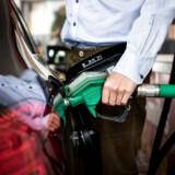 Benzinpriserne bliver presset ned fra flere sider, hvilket i øjeblikket gør det muligt at tanke blyfri 95-oktan for under ti kroner.