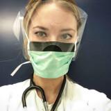 Coronakrisen fik Emily Cathrine Wenande, der er halvt amerikaner og turnuslæge på Amager Hospital, til at fare i blækhuset på Facebook. Opmærksomme læsere har gjort opmærksom på, at mundbindet på dette billede er taget omvendt på. Privatfoto.