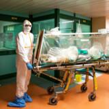 Antallet af indlagte og folk, der dør, fortsætter med at stige i Italien. På hospitalerne mangler der pladser til de mange smittede, ikke mindst de mest alvorligt syge, som skal under intensiv behandling.