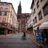 Gaderne ligger øde i Strasbourg. Mandag aften beordrede Frankrigs præsident, Emmanuel Macron, alle franskmænd hjem i isolation med udgangsforbud de næste 14 dage.