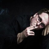 »Der er altid en risiko for at blive til grin ved at være menneske,« siger Thomas Korsgaard, som er nomineret til Læsernes Bogpris med sin novellesamling »Tyverier«.