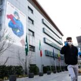 Læger og sygeplejersker på Papa Giovanni XXIII-hospitalet i Bergamo er frontkæmpere i krigen mod den italienske coronavirusepidemi. Kunstneren Franco Rivolli Art har udsmyttet hospitalsbygningerne med et enormt murmaleri for at takke dem for indsatsen.