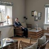 Kasper Heebøll Harboe er direktør på Hotel Bretagne i Hornbæk, der er under pres. Der plejer at blive afholdt konferencer dagligt i hotellets lokaler, men alt aflyses, ligesom private gæster melder fra og ombooker i stor stil.