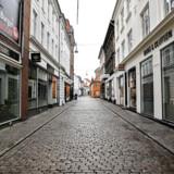 »Der er behov for akut økonomisk krisehjælp: Der skal meget hurtigt skabes tillid til, at den nødvendige hjælp vil komme, og støtten skal nå ud i virksomhederne hurtigt. Processen må ikke forsinkes af bureaukrati,« skriver Jens Hauch og de andre medunderskrivere af kronikken. Landets handelsgader, som her i Aarhus, ligger øde hen.