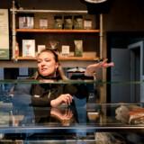Cafeer, restauranter og meget andet lukkede onsdag formiddag klokken 10 for at hindre coronavirussen i at brede sig. Camilla West i Espresso House er en af de berørte.