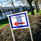 Stadig flere coronasmittede danskere må indlæggges på sygehuset, og der kommer flere ældre blandt de smittede, viser den seneste overvågningsrapport fra Statens Serum Institut.