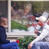 Lori Spencer og hendes mand, Michael Spencer, besøger Loris mor, Judie Spencer på 81, som har coronavirus. Besøget må foregå gennem vinduet på Life Care Center i Kirkland. Billedet er taget 17. marts.