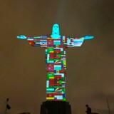Den berømte figur af Jesus over Rio de Janeiro i Brasilien var få dage siden forsynet med flag fra landene med flest ofre for coronavirussen.