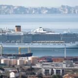 Krydstogtskibet »Costa Luminosa« ligger i havnen i Marseille. Om bord er flere danskere, der ikke aner deres levende råd og frygter ikke at kunne komme hjem.
