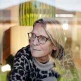 65-årige Vibeke Espenhein er tidligere kræftpatient, lider af astma og har flere kroniske sygdomme. Tirsdag blev hun hentet i sygetransport og kørt på hospitalet for at blive testet for coronavirus. Efter få minutter var hun på vej hjem igen uden nogen afklaring.