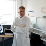 Ulf Bech Christensen ejer diagnostikvirksomheden Pentabase i Odense og kan hjælpe med at udføre coronatest. Her står han ved en maskine med navnet Basepurifier og er klar til at sætte RNA-oprensningskit i maskinen.