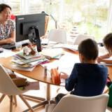 Forsøg så vidt muligt at skabe struktur i hverdagen, anbefaler erhvervspsykolog Thomas Lange. Her er det Julie Trolle Boding, der forsøger at arbejde hjemmefra, mens hendes og hendes mand Davids børn, Jacob og Dagmar, er hjemme fra skole og børnehave.