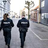 ARKIVFOTO. Politi patruljerer i gågaden i Hobro, torsdag den 19. marts 2020.