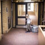 1,25 milliarder elever og studerende verden over er påvirket af skolelukninger. Billedet er fra 16. marts og viser Louis (seks år) og Smilla (ni år), som er i nødpasning på Rantzausminde Skole i Svendborg Kommune som de eneste børn på skolen.