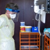 På nogle sygehuse er man ved at have tømt depoterne for en del af de værnemidler, der kan beskytte personalet mod coronavirus. Det gælder både på sygehuse i Region Hovedstaden og i Region Nordjylland.