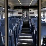 Nedlukningen af Danmark med tomme tog og gader fortsætter til efter påske.