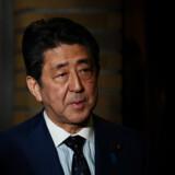 Japans premierminister, Shinzo Abe, holdt tirsdag møde med IOC, og det mundede ud i en udsættelse af OL. Pool/Reuters