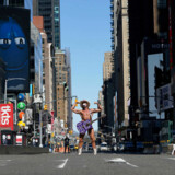 Robert Burck, kendt som den »nøgne cowboy« stillede op til foto på et næsten øde Times Square, mens storbyen lukker ned for at imødegå smitten fra coronavirus.
