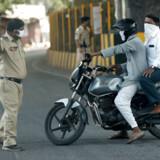 Indisk politi er sat ind for at sikre, at hele befolkningen på omkring 1,3 milliarder bliver hjemme og overholder karantænen.