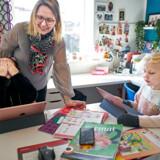 De otteårige tvillinger Julie og Laura har rigtig mange gode spørgsmål i miniskolen i Lyngby, hvor deres mor, Stine Tarborg, arbejder hjemme – samtidig med at hun skal være privatlærer og mor.