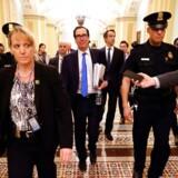 USAs finansminister, Steven Mnuchin, har fået en helt central role i den nuværende krise, hvor forhandlinger gennem flere dage er mundet ud i en rekordstor livline til erhvervslivet. Det smitter af på aktiemarkedet torsdag.
