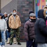 New York er nu epicenter for smitten fra coronavirus i USA. Her venter folk på at blive testet for sygdommen foran Elmhurst Hospital Center i Queens.