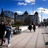 Københavnere i forårssolen på Dronning Louises Bro, København, torsdag den 19. marts 2020. COVID-19 er årsag til at mange danskere ikke er på arbejde og til at sundhedsmyndighederne anbefaler at mødes udendørs i stedet for indendørs og holde afstand.