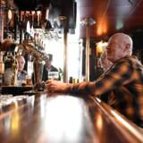 Gæster mødes fortsat og drikker øl på Half Way In, et værtshus i det centrale Stockholm. Normalt rejser svenskerne til Danmark for at få billige øl, nu er det danskerne, der skal rejse til Sverige, hvis de vil have en øl serveret ude.