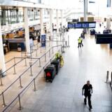 Danmark er lukket, og Københavns Lufthavn er stort set øde. Jo længere, nedlukningen vil vare, desto dyrere bliver det for dansk økonomi.