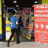 Austalien har nu lukket ned for økonomien. Dertil har de sat restriktioner i værk, som indebærer, at alle, som kommer ind i landet fra udlandet er påkrævet to ugers karantæne. Også New Zealand har lukket ned med et lockdown på fire uger. (Foto: Saeed KHAN / AFP)