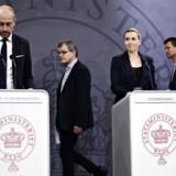 De fire mest betydningsfulde mennesker i Danmark lige nu, synes uenige om, hvilken strategi Danmark skal møde den måske største trussel i vor levetid med.