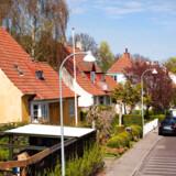 Kriminaliteten falder generelt i Danmark i disse dage, og det gælder mest markant indbrud. Omvendt er der en svag stigning i anmeldelser om husspektakler. På fotoet ses villaer på Frederiksberg.