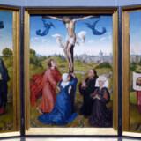 Korsfæstelsen er et gennemgående motiv i mange altertavler som denne fra 1440erne af den nederlandske maler Rogier van der Weyden. I midten ses Jesus på korset samt hans mor, Jomfru Maria, der bliver trøstet af Johannes Døberen. Ved siden af dem er afbilledet de glade givere af altertavlen, som i dag befinder sig på Kunsthistorisches Museum i Wien. Hovedbilledet er flankeret af gengivelser af Maria Magdalene og den Veronika, der under vandringen til Golgata gav Jesus et klæde, han kunne tørre sig i, hvorved hans portræt blev fastholdt for eftertiden.