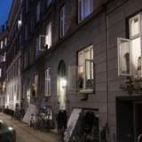 »Patetiske forsøg på at lave simulerede fællesskaber ved at stå på altaner og synge Kim Larsen viser den desperation, som har grebet velfærdsmennesket,« skriver Hans Hauge. På billedet ses fællessang på Godsbanegade i København.