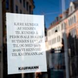 Butikker på Strøget og Købmagergade holder lukket på grund af coronaepidemien. Nu overvejer regeringen en langsom genåbning af Danmark efter påske, hvis danskerne kan finde ud af at opføre sig ordentligt så længe.
