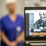 Skype bliver brugt af mange til at holde kontakten med videoforbindelse på. Her er den svenske prins, Carl Philip, der bliver informeret via Skype om felthospitalet ved Östra Sjukhuset i Göteborg.