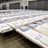 En stor sending senge er ankommet til Stockholmsmässan i forstaden Älvsjö – Nordens største konferencecenter er lige nu i gang med at blive omdannet til et felthospital.