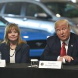 Chefen for den amerikanske bilgigant General Motors, Mary Barra, har flere gange fået kritik af USAs præsident, Donald Trump. Her ses de dog i et fredeligt øjeblik i 2017, da Mary Barra var medlem af Trumps kortlivede panel af erhvervsledere.
