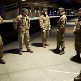 Hjemmeværnet holder vagt i Kastrup lufthavn hele natten for at dirigere passagerer, der ankommer med toget fra Sverige.
