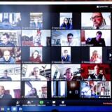 Den britiske premierminister Boris Johnson (øverst til venstre) holdt ministermøde over videokonferencetjenesten Zoom, som på rekordtid er blevet en af de mest populære af sin slags. Her et billede, som Johnsons kontor i Downing Street har offentliggjort, og som straks rejste spørgsmål om sikkerheden ved at bruge Zoom.