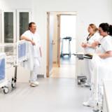 Ellers raske danskere i 30erne og 40erne med covid-19 fylder på sygehusene herhjemme. Det kan skyldes, at coronavirussen spreder sig anderledes i Danmark end i eksempelvis Italien, mener afdelingslæge. Billeder fra corona-hospitalet på Riget