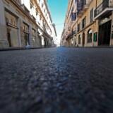»Med den store usikkerhed om, hvordan sundhedskrisen vil udvikle sig, forsøger investorerne nu at sælge alle risikobehæftede aktiver og krybe i ly,« skriver Daniel Gros om den økonomiske krise, der udspiller sig lige nu. Foto fra indkøbsgaden Via del Corso i centrum af Rom.