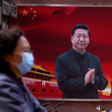 »Kina er i gang med en propaganda-operation, som blander soft power-initiativer med benhård manipulation,« skriver Pierre Collignon. Mens præsident Xi Jinping optræder som en venlig pandabjørn over for corona-ramte lande, spreder kinesiske topembedsmænd konspirationsteorier om, hvor virussen kom fra. På billedet ser vi præsident Xi på en propagandaplakat i Kina. Foto: Ritzau Scanpix / Reuters