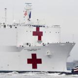 Hospitalsskibet »USNS Comfort« passerer Frihedsgudinden i New York 30. marts 2020.