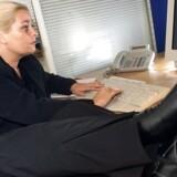En god arbejdsposition er en af de vigtige ting at være opmærksom på, når arbejdspladsen er flyttet hjem.
