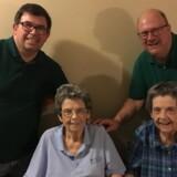 Lenora Joyce – første række til højre – døde 23. marts på et plejehjem ved Seattle i USA. Hun døde af coronavirus. Hendes tvillingesøster, Lauretta (tv.), blev også smittet, men overlevede. Bag hende er familiemedlemmer. Foto fra stævning mod det kommunistiske parti i Kina i forbundsretten i Miami.